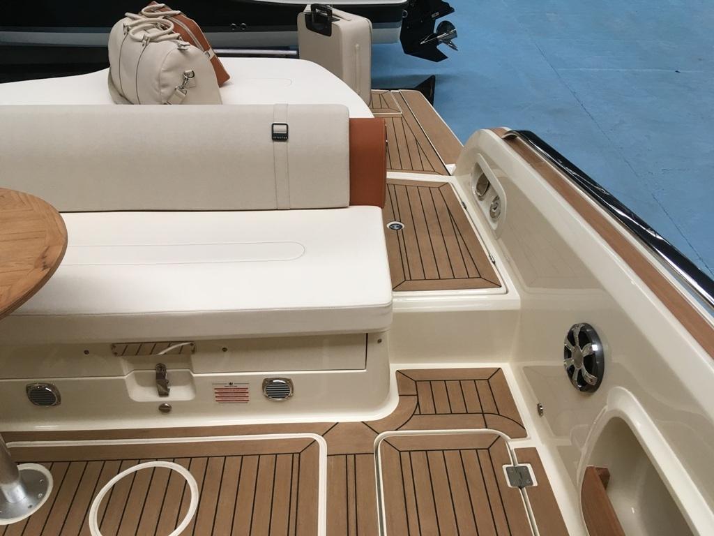 Invictus 280 GT sportboot met V8 350 pk JONG GEBRUIKT 14