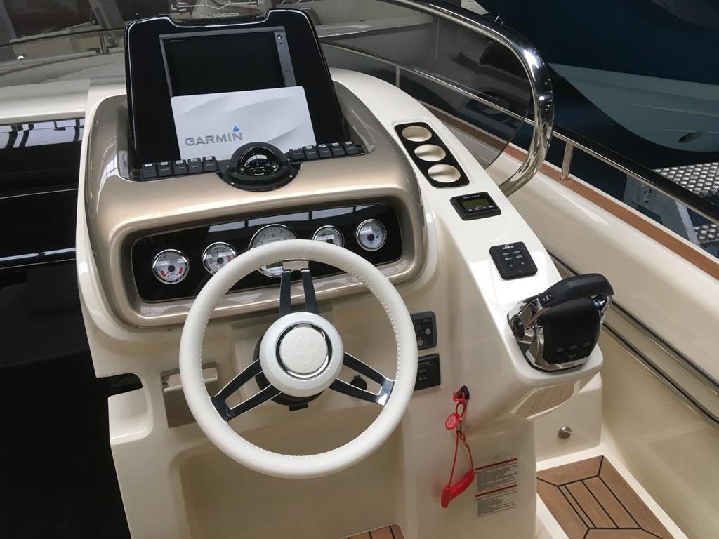 Invictus 280 GT sportboot met V8 350 pk JONG GEBRUIKT 10