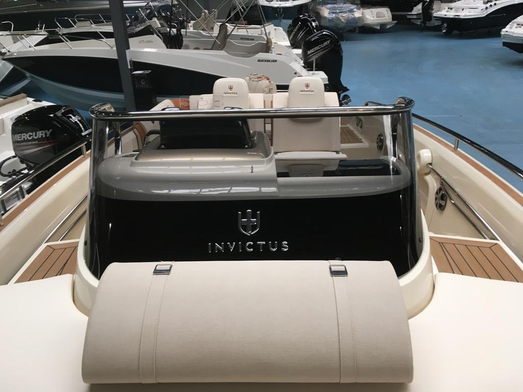 Invictus 280 GT sportboot met V8 350 pk JONG GEBRUIKT 17