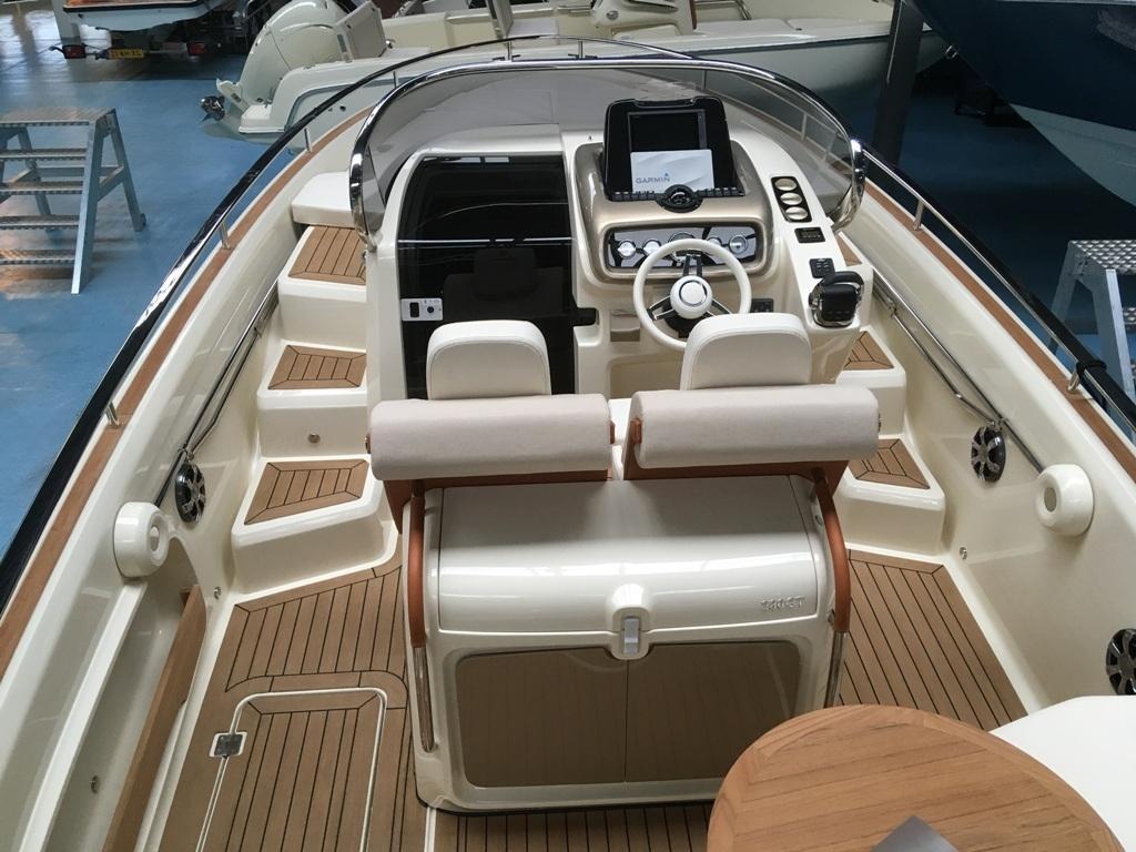 Invictus 280 GT sportboot met V8 350 pk JONG GEBRUIKT 19