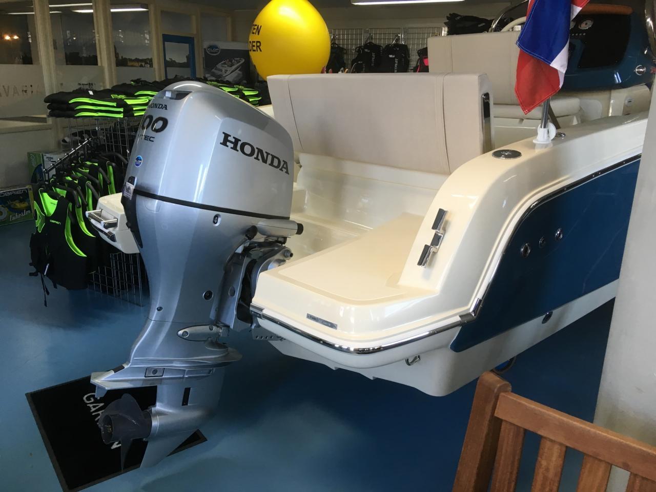 Invictus 200 fx blue whale met Honda 100 PK 11