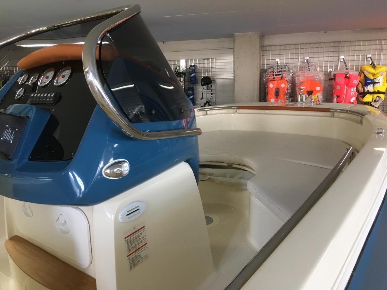 Invictus 200 fx blue whale met Suzuki 140 pk 13