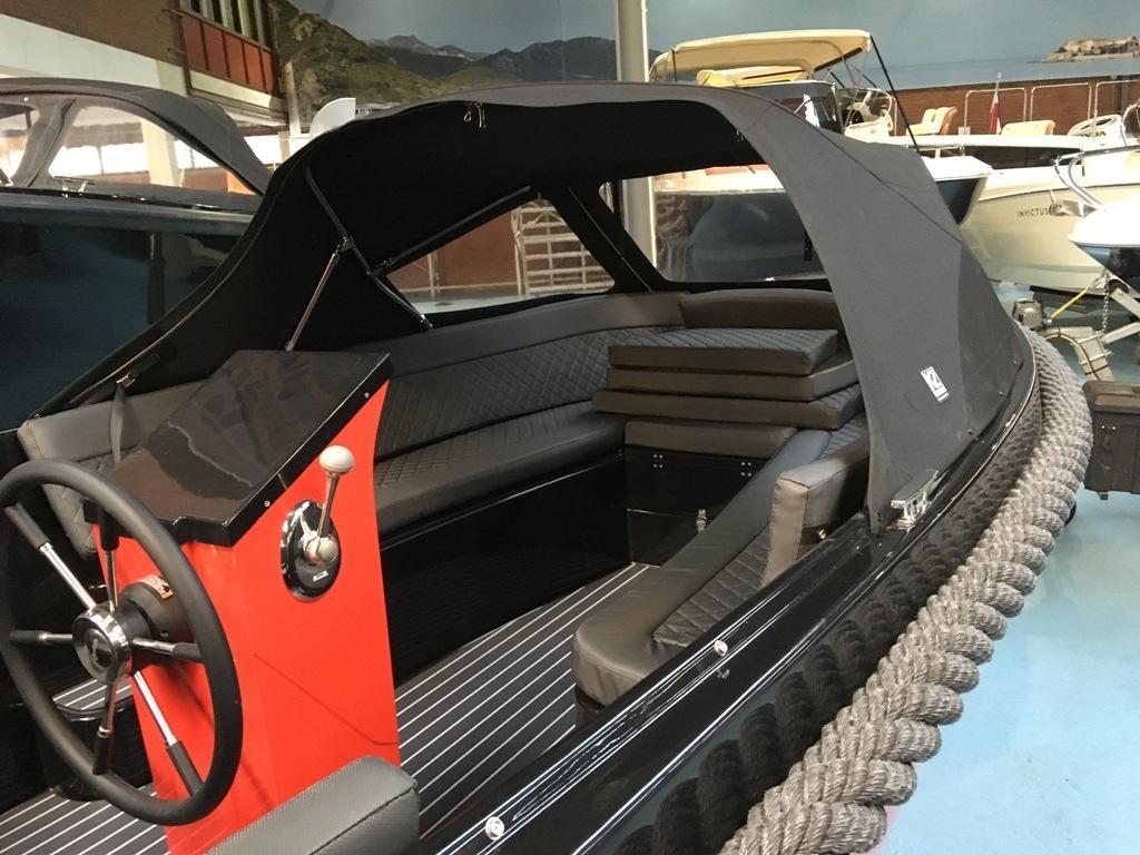 Maxima 600 tender zwart/rood met Honda 20 pk 8