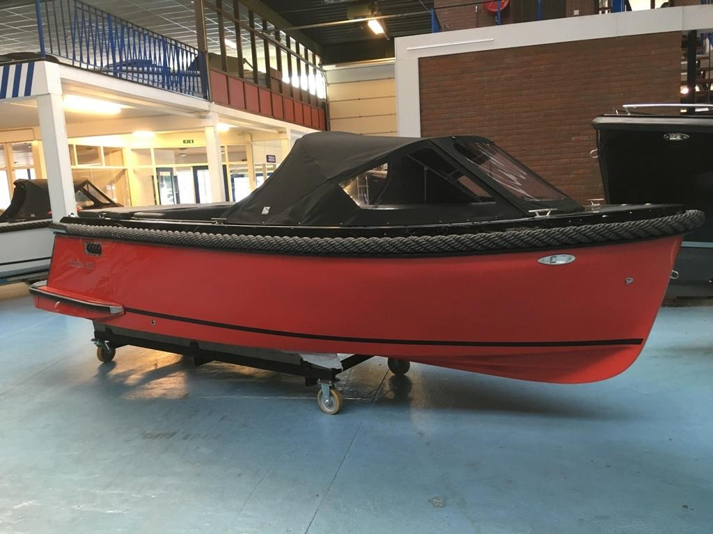 Maxima 600 tender zwart/rood met Honda 20 pk 1