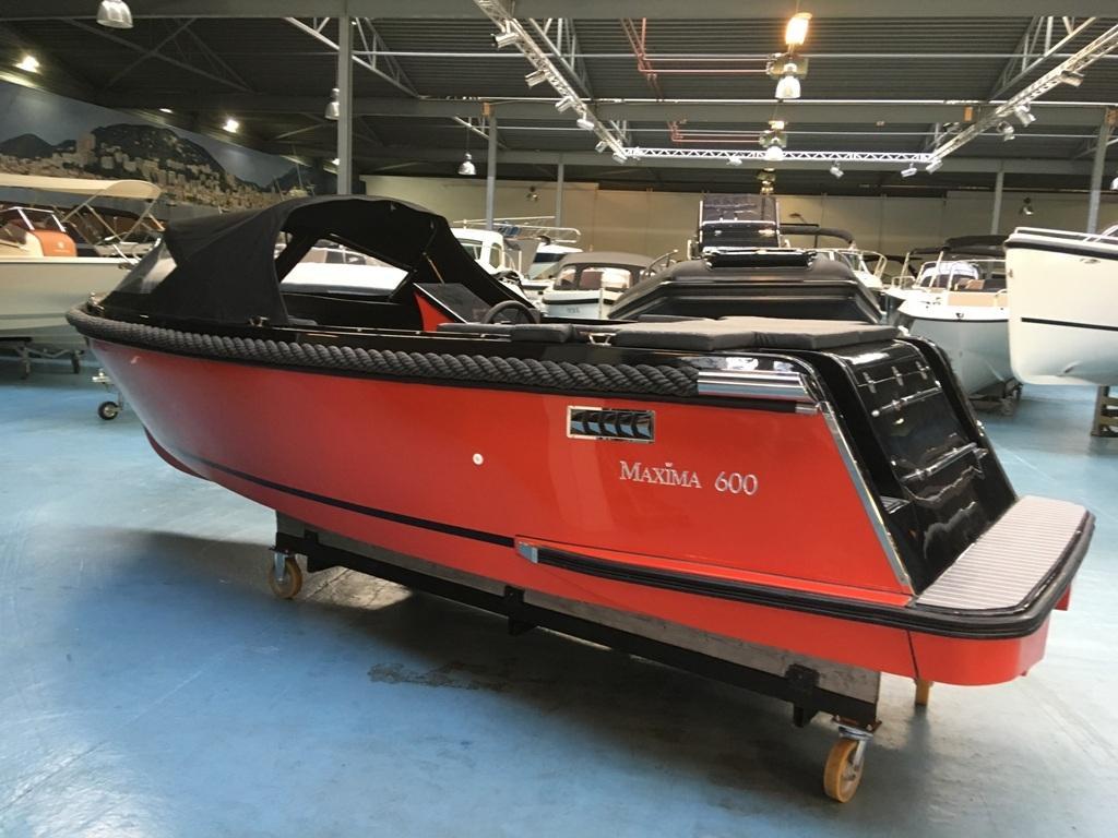 Maxima 600 tender zwart/rood met Honda 20 pk 2
