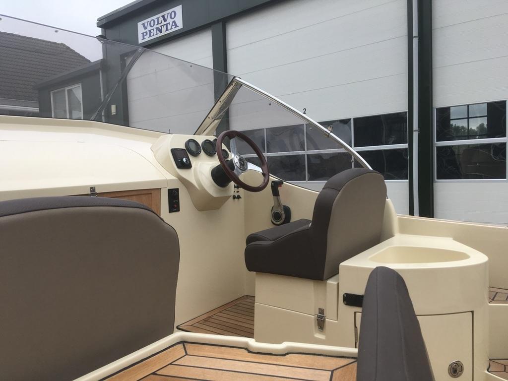 Oudhuijzer 700 cabin met Suzuki 150 pk motor 9